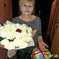 White roses and one red rose - Photo 2