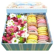 Макаруны в коробке с цветами купить - цветы и букеты на df.ua