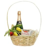 Gift basket with flowers and sweets - flowers and bouquets on df.ua