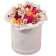 A bouquet of flowers in a hat box - flowers and bouquets on df.ua