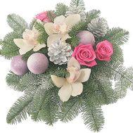 Новогодняя композиция из цветов, игрушек, веток ели - цветы и букеты на df.ua