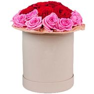 Red and pink roses in a hat box - flowers and bouquets on df.ua